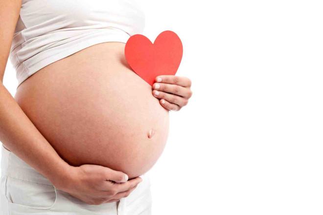 Mẹ bầu cần quan tâm đến sức khỏe của bé
