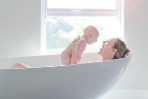 Sinh con dưới nước mang lại nhiểu lợi ích cho cả mẹ và bé